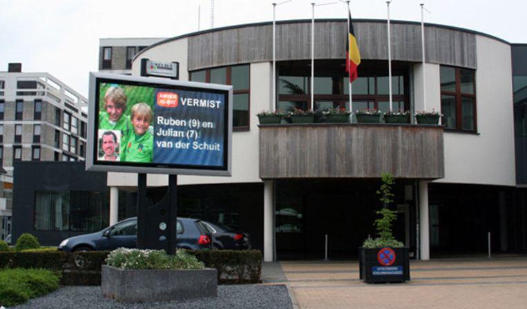 Led's do it scherm bij het gemeentehuis in Lanaken, België Beeld Amber Alert