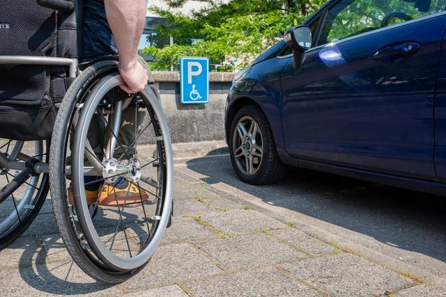 Gehandicapten kunnen op vertoon van een parkeerkaart dichtbij voorzieningen parkeren. De kosten voor aanschaf van die kaart verschillen fors per gemeente.