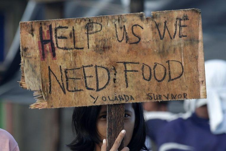 Een meisje in Palo, in de provincie Leyte doet een hulpkreet. Beeld EPA