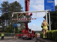 Het is weer raak in Waalwijk: vrachtwagenchauffeur rijdt tegen waarschuwingsbalk voor het beruchte viaduct