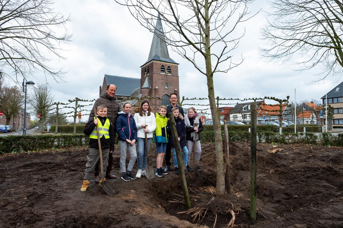 De leerlingen hielpen de schepen en burgemeester met planten, want alleen konden ze dat zeker niet.