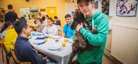 """Leerlingen Bert Carlier sluiten schoolhondje Louis in de armen: """"Hij troost mij als ik verdrietig ben"""""""