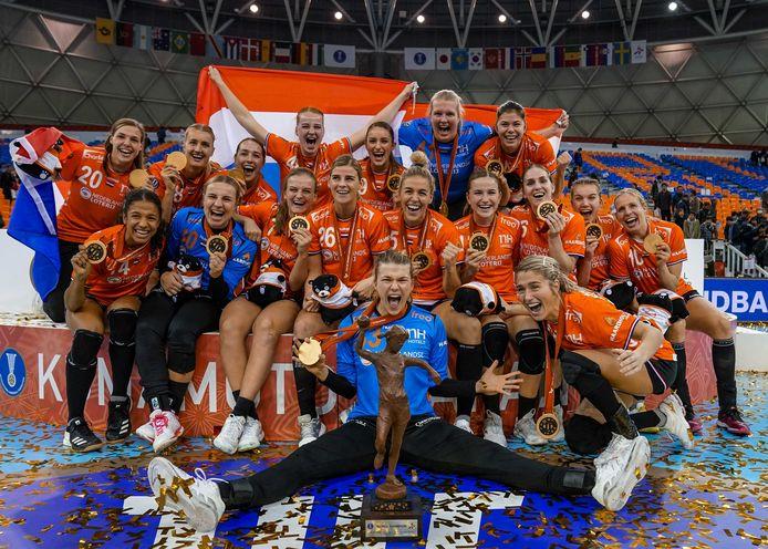 De bewuste foto die ABS-handbal gebruikte: De Nederlandse handbalsters vieren hun overwinning op het WK handbal in Japan.De Stentor kan de foto wel publiceren omdat de uitgeverij een contract met het ANP heeft.