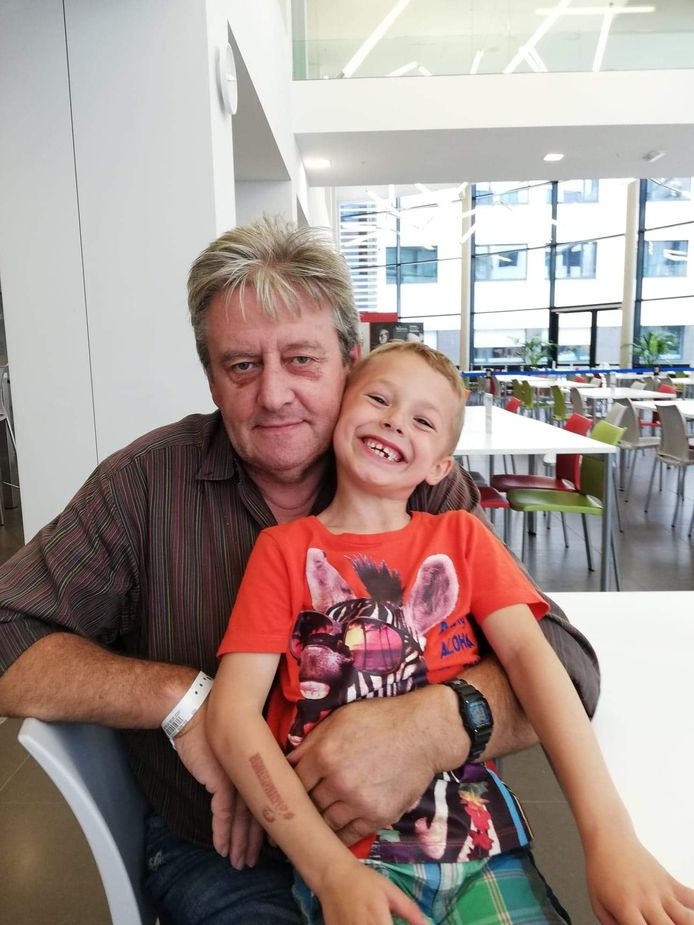 Roger Van Poucke (64) uit Oudenburg met kleinkind Jayden.