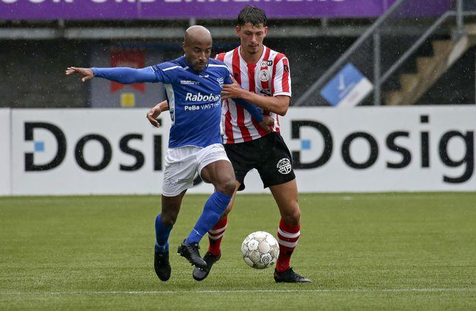 GVVV-aanvaller Joshua Patrick aan de bal tegen Jong Sparta.