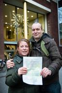 Josey McDonald en echtgenoot Alex Kerpentier bij het stadskantoor van Nijmegen met het formulier dat haar Nederlanderschap bevestigt.