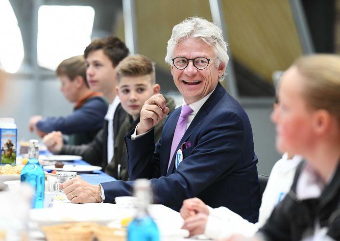 Commissaris van de Koning John Berends eerder dit jaar in gesprek met kinderen.