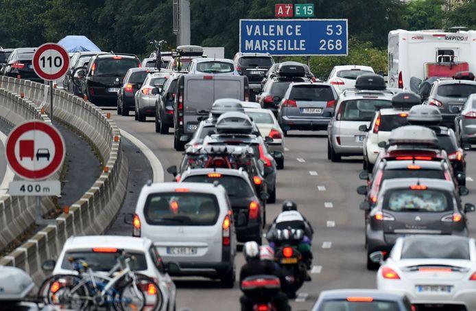 File op de A7, de Autoroute du Soleil. Het voorbije weekend was het weer van dat. Maar kan je wel veilig naar de rode zone die Zuid-Frankrijk is?