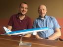 Raoul (L) van Mil en zijn vader Ruud (R) uit Berkel-Enschot vliegen samen op een Boeing 777