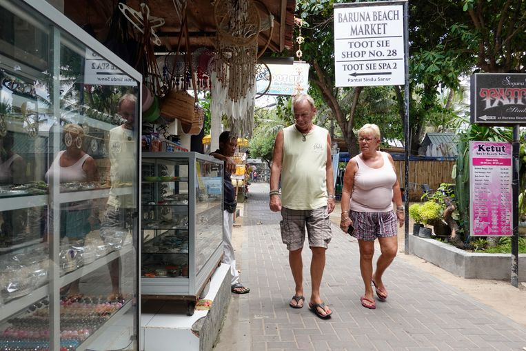 Toeristen in Sanur op het Indonesische eiland Bali. De overheid is volgens lokale media van plan om hotels en restaurants, die schade lijden doordat toeristen wegblijven vanwege de corona-uitbraak, tegemoet te komen door tijdelijk geen belasting te  heffen.  Beeld EPA