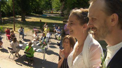 """Coronaproof trouwen in het park: """"In bubbels mag je nog altijd kussen"""""""