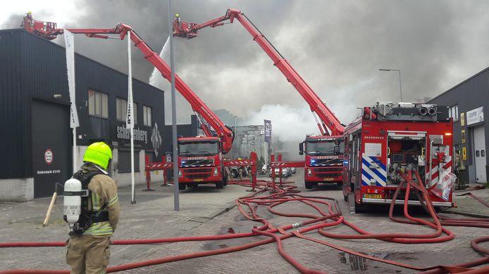 De brandweer is al uren aan het blussen.