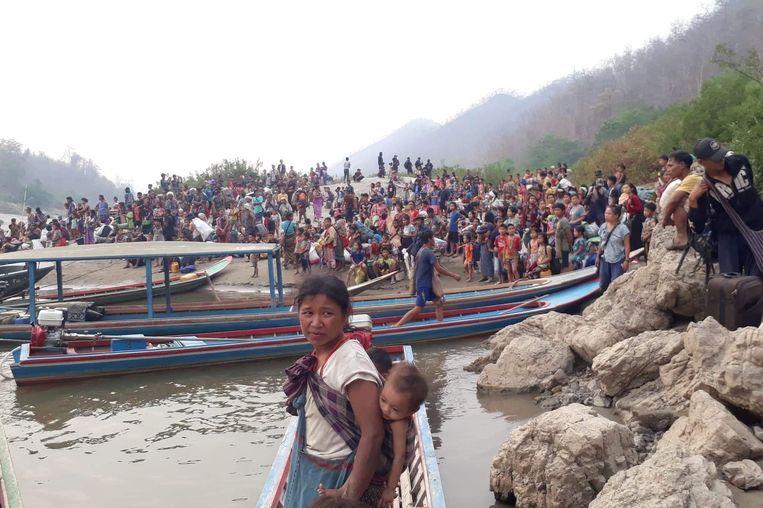 Karen-vluchtelingen op de oever van de rivier de Salween in Thailand. Beeld Karen Women's Organization, via REUTERS