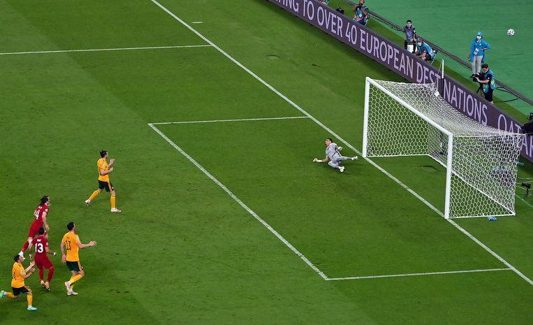 Gareth Bale jaagt tegen Turkije een penalty huizenhoog over. Beeld EPA