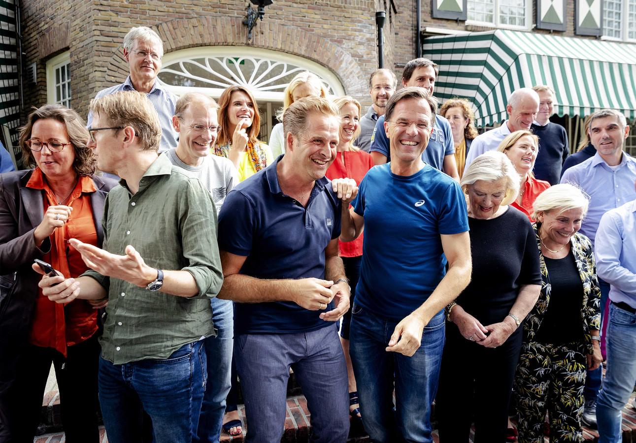 Premier Rutte giert het samen met minister Hugo de Jonge (in blauwe polo) uit. Rechts van Rutte: Ankie Broekers-Knol.