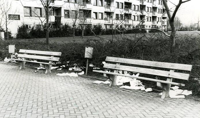 Zwerfafval bij de flats aan de Van Veldekestraat in Oss (1979)