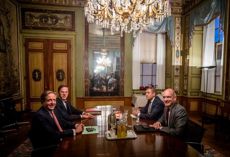 Onderhandelaars Alexander Pechtold (D66), formateur Mark Rutte, Sybrand Buma (CDA) en Gert-Jan Segers (ChristenUnie) bijeen in de Stadhouderskamer tijdens de formatiebesprekingen in 2017, de langstdurende formatie tot nu toe. Beeld ANP