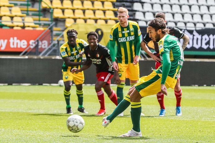 Nasser El Khayati zet ADO uit een strafschop op 2-1 tegen Feyenoord.