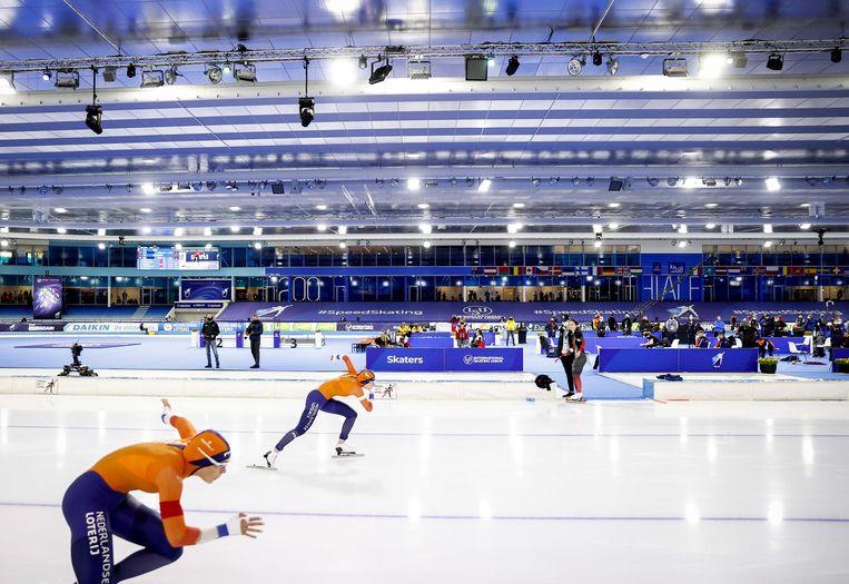Jutta Leerdam in actie tegen Femke Kok op de 500 meter op het WK afstanden schaatsen in Thialf.   Beeld ANP