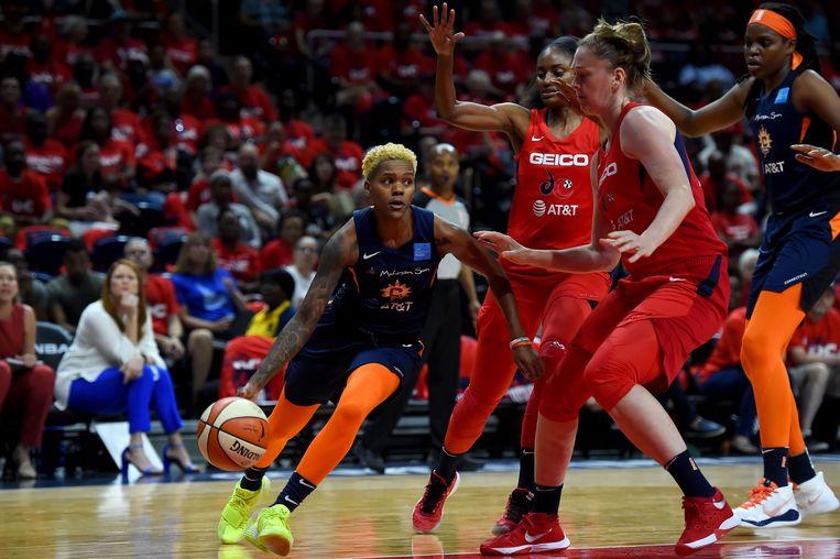 Meesseman verdedigt op Courtney Williams van de Connecticut Sun.