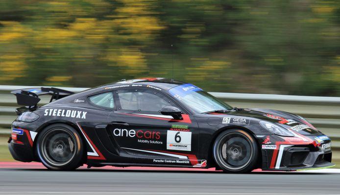 De Porsche Cayman van Sven Van Laere, Sem Geerts en Davy Vandekerckhove die de eer voor Red Ant Racing kon redden.