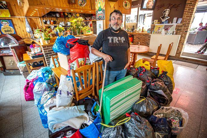 Johny Vermoesen van café Dachterdeer tussen de zakken en dozen die vrijdag al werden afgeleverd.