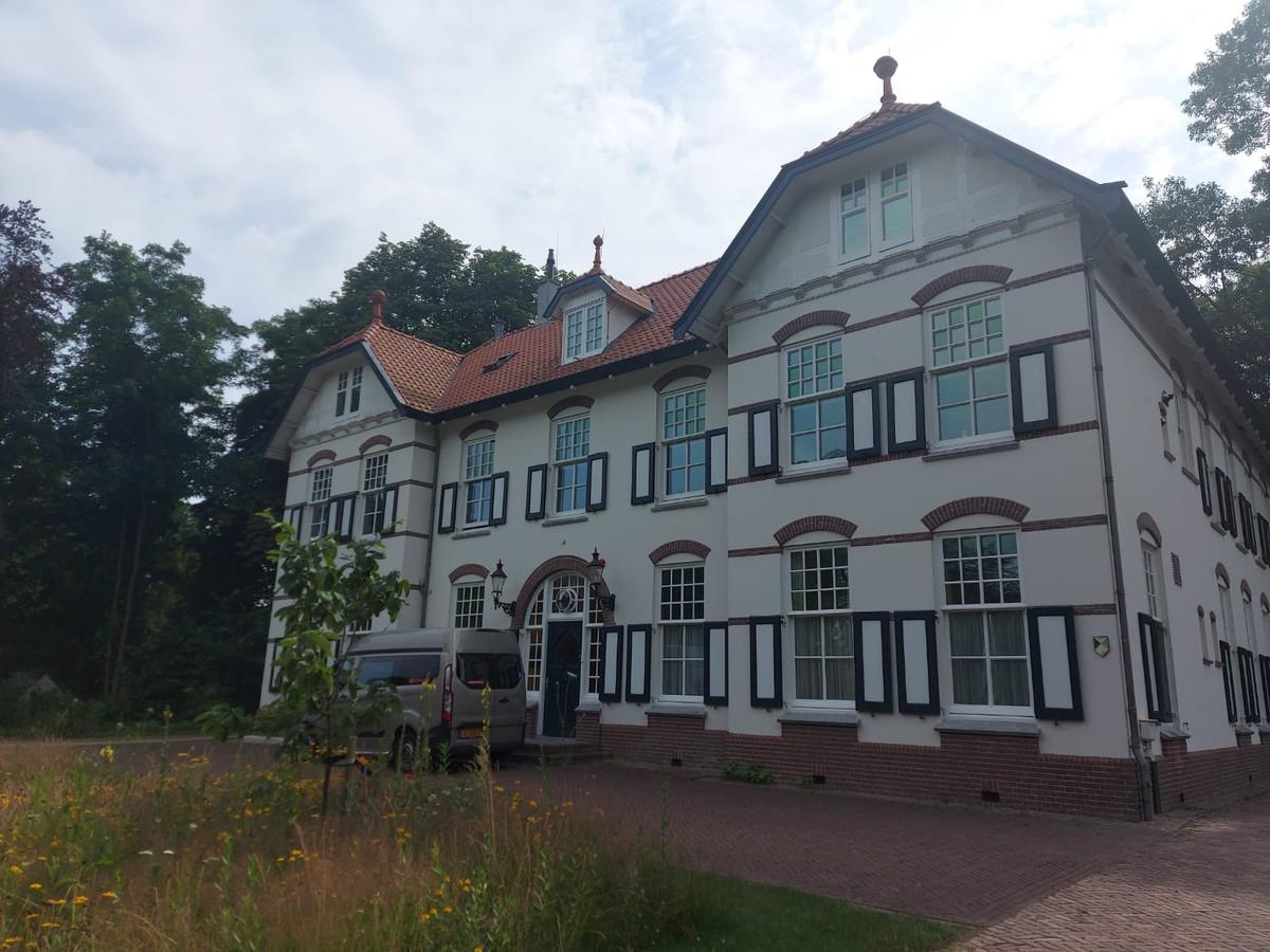 School in Bos. De villa waar de leerlingen in slapen tijdens hun werkweek in Wilhelminaoord.