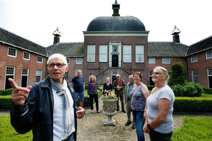 Archieffoto: gids Guus Harms leidt bezoekers rond in het Hofje van mevrouw Van Aerden in Leerdam.