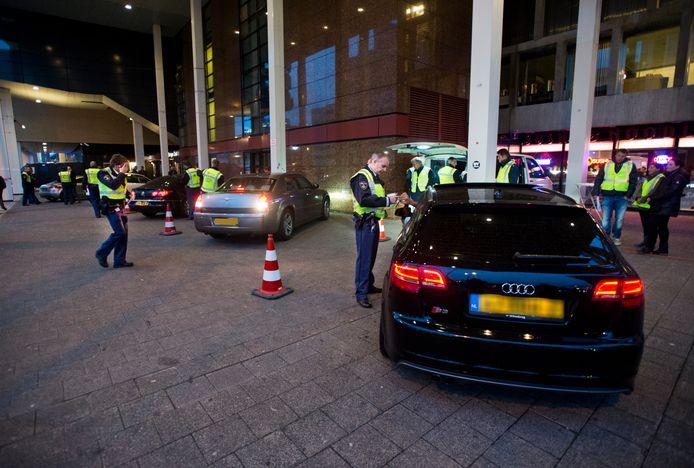 Rotterdamse agenten tijdens een patseractie.