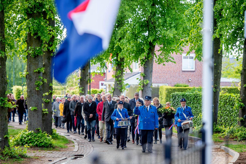 Dodenherdenking in Bergharen, er werden er bloemen gelegd bij monument van Burgemeester Luske en bij de Britse militair die op het kerkhof bij de Protestantse kerk ligt begraven.