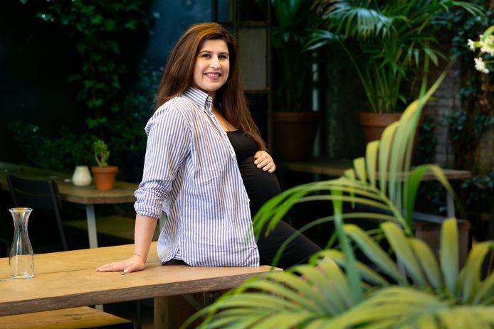 Beri Hosiyar begint een vintage online winkel om de wereld een beetje beter te maken. De blouse die ze aanheeft is een voorbeeld van wat je op haar site kunt vinden.
