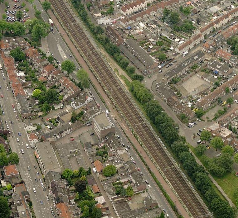 Spoorlijn door een woonwijk in Tilburg. Beeld