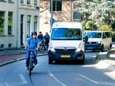 Snorfietsers horen in Utrecht op de weg, een fietspad is er voor fietsers