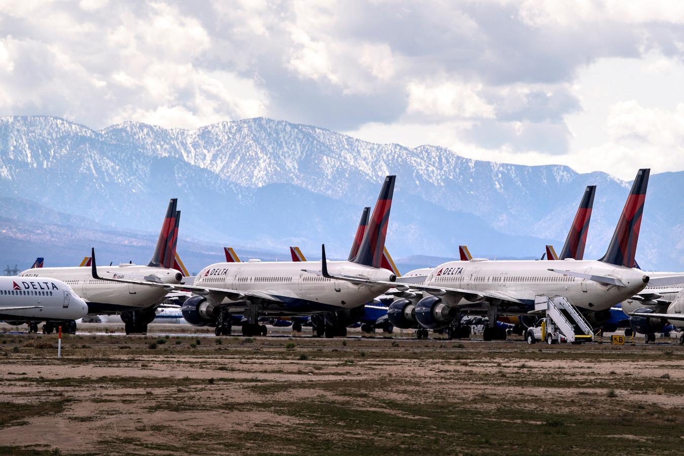 Toestellen van Delta Airlines staan geparkeerd op een luchthaven in de Californische woestijn