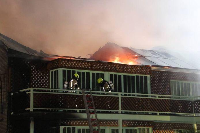 Het vuur zat onder zonnepanelen op het dak.