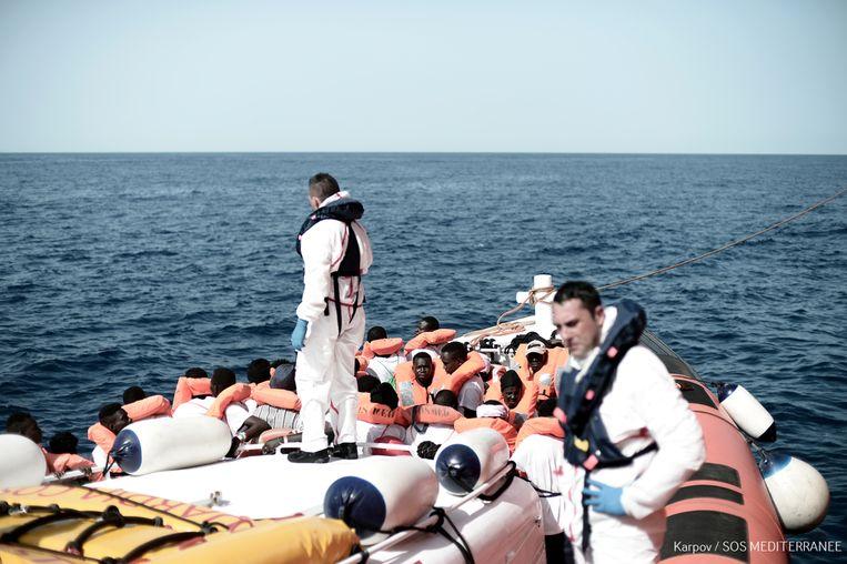 Vluchtelingen die op het schip Aquarius zaten, werden door de Italiaanse kustwacht overgebracht naar twee schepen die hen naar Spanje brachten. Dat land wilde hen wel ontvangen.  Beeld AFP