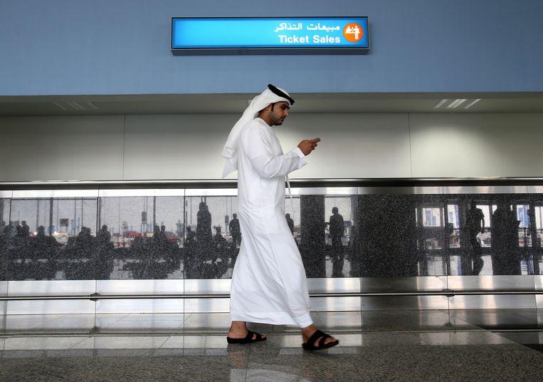 Een werknemer op de luchthaven van Al Maktoum International Airport in Dubai. Volgens een onderzoek van The New York Times gebruiken de Verenigde Arabische Emiraten Totok als spionagetool.  Beeld AP