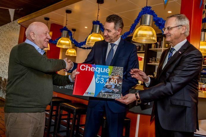Uit handen van directeur Bart Hendriks (midden) kreeg Inwonersinitiatief Dorpsplein Middelrode vorig jaar ruim 3.000 euro. Een project in Helmond kreeg zo'n 7.000 euro.