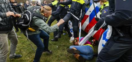 Man vrijgesproken die agent op Malieveld sloeg met paraplu, maar beledigen levert wel straf op