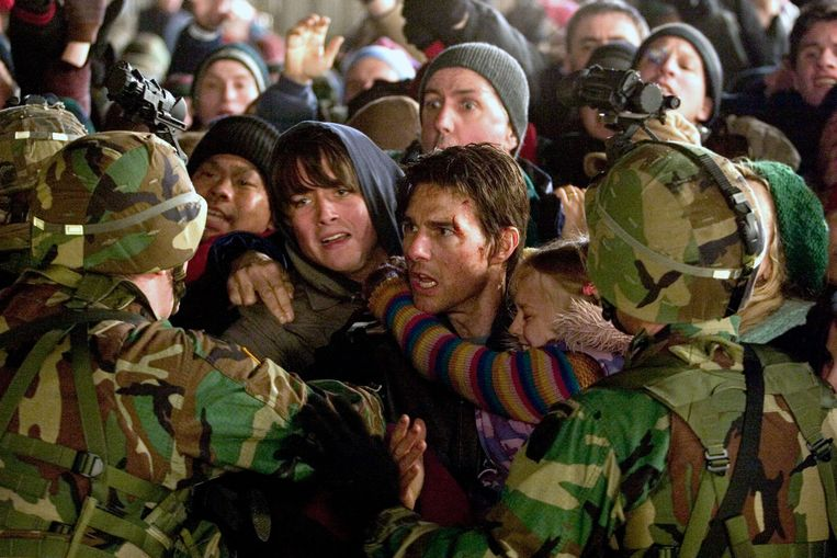 Tom Cruise met in zijn armen Dakota Fanning in War of the Worlds. Beeld REUTERS