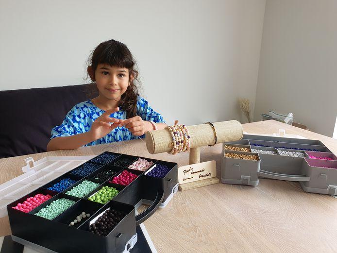 Finn Rosa (8) dacht 50 armbandjes te maken voor het goede doel. Het zijn er ondertussen al meer dan 400.