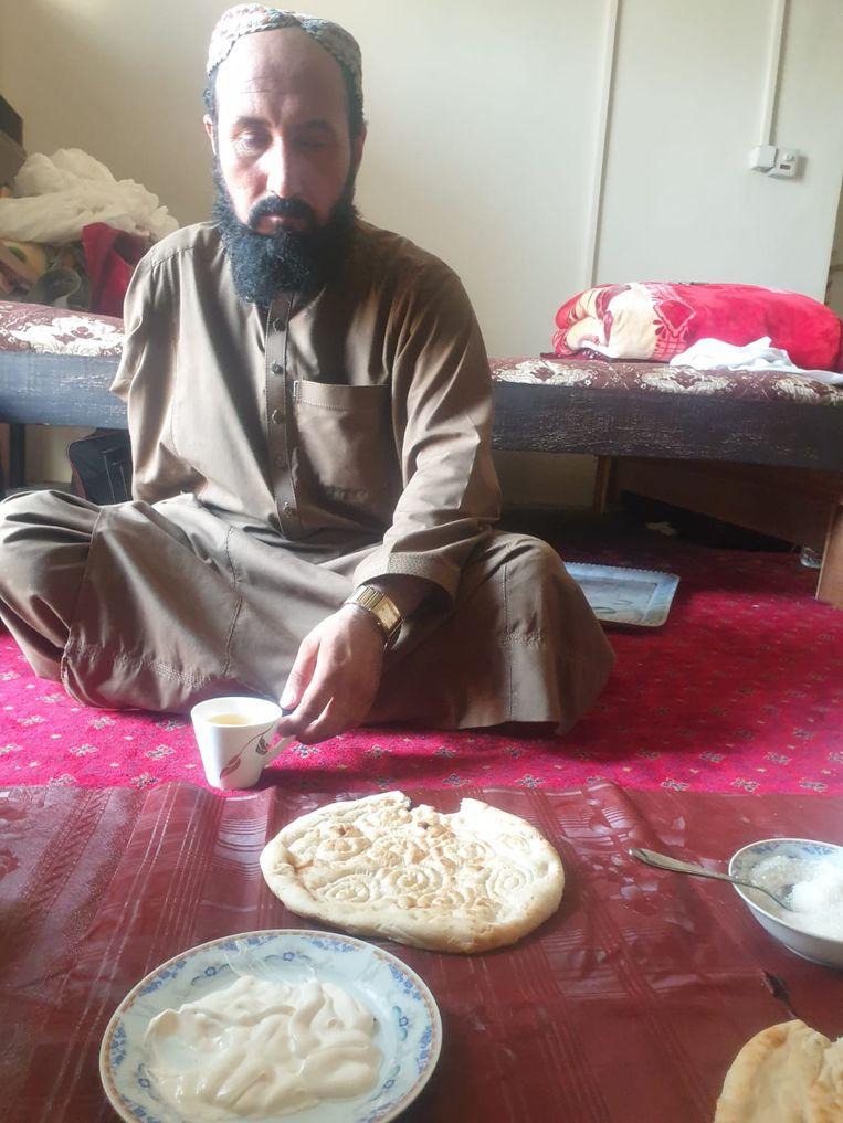Eenarmige talib aan de thee en het brood. Beeld Joanie De Rijke