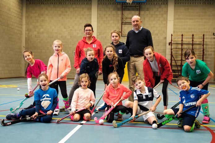 Trainer Babs Pleysier en voorzitter Franky Noten met enkele jonge sporters.