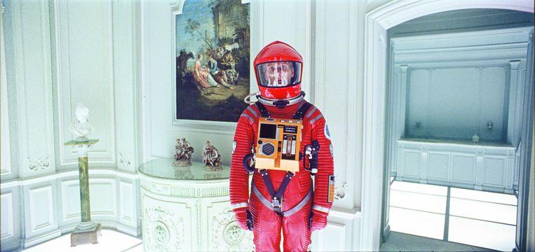 Astronaut David Bowman (Keir Dullea) in de Rococo-hotelkamer uit het slot van de film. Beeld Warner Bros. Entertainment