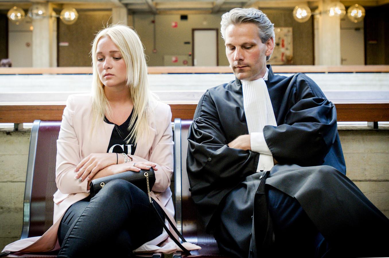 Chantal en haar advocaat Thomas van Vugt bij de rechtbank Amsterdam