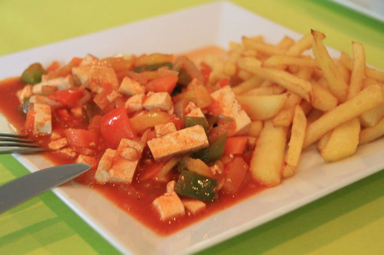 Vegetarische goulash met frietjes Beeld UNKNOWN