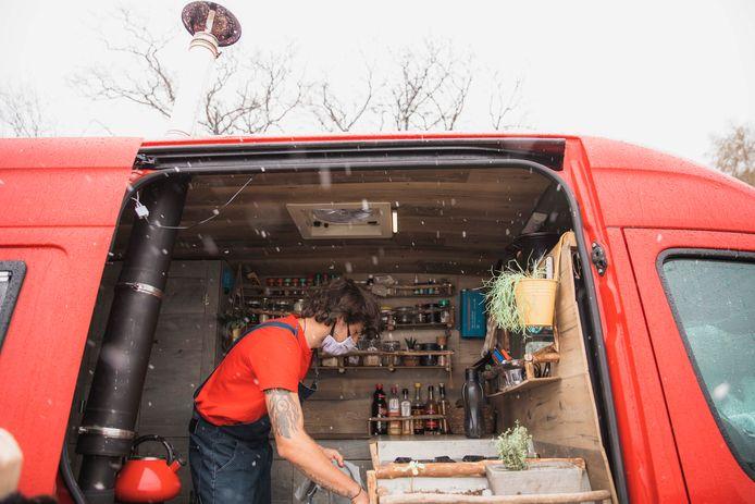 Martijn Smeets (24) uit Genk vormde zijn rood tweedehands busje om tot zijn 'tiny house' om meer van de wereld te kunnen proeven.