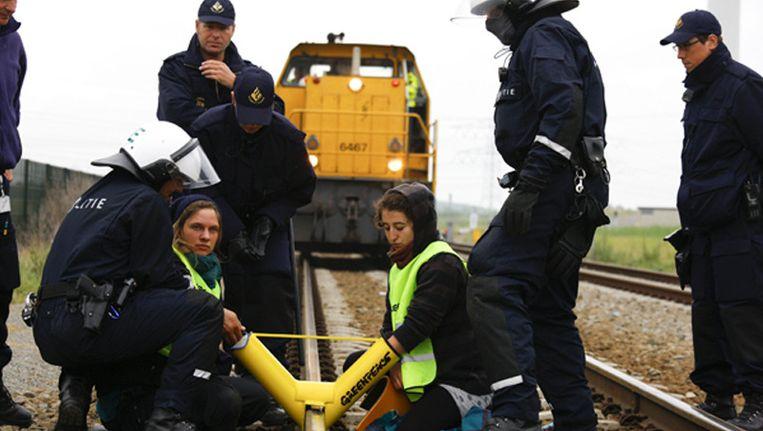 Arrestatie van Greenpeace-actievoerders op de route van het kerntransport. © Greenpeace/Beentjes Beeld null