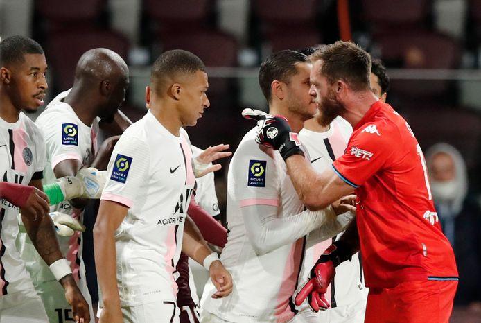Metz's Alexandre Oukidja (in het rood) reageert furieus richting Kylian Mbappé.