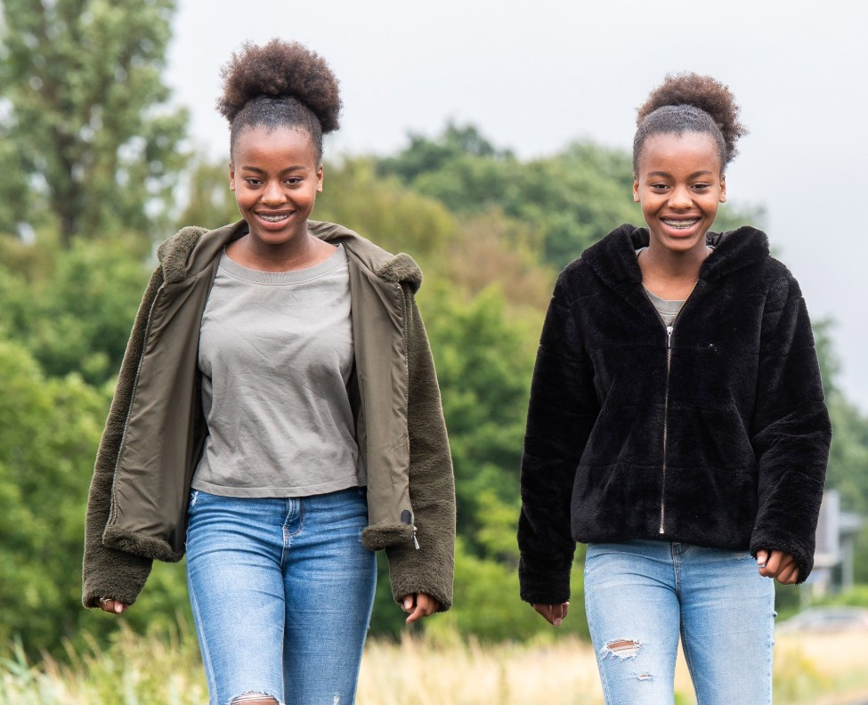 De tweeling Merlijn (L) en Adess (13) is regelmatig te vinden bij de Zwaluweseweg. 'We maken hier selfies en foto's van elkaar'